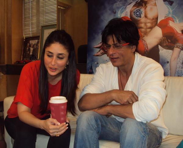 Kareena Kapoor & Shah Rukh Khan chatting with fans for Ra.one