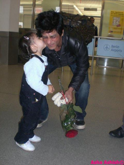 Shah Rukh Khan Kissed by a Fan