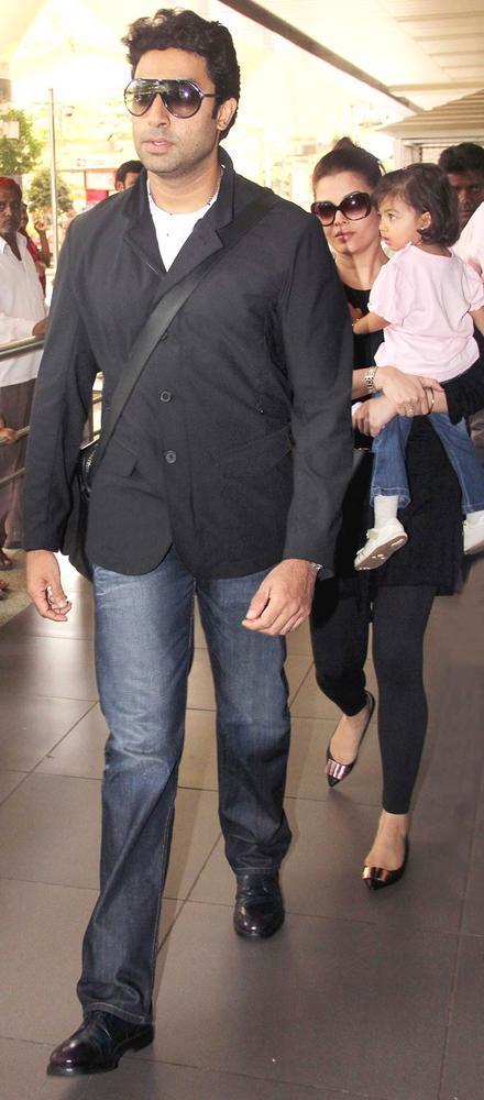 Abhishek Bachchan, Aishwarya Rai Bachchan and Aaradhya Bachchan Spotted at Mumbai Airport